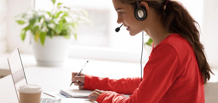 femme qui travaillent sur un ordinateur