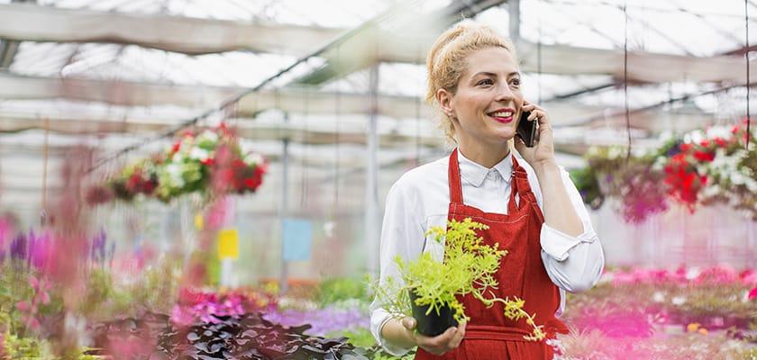 Femme, conversation téléphone, fleur, magasin