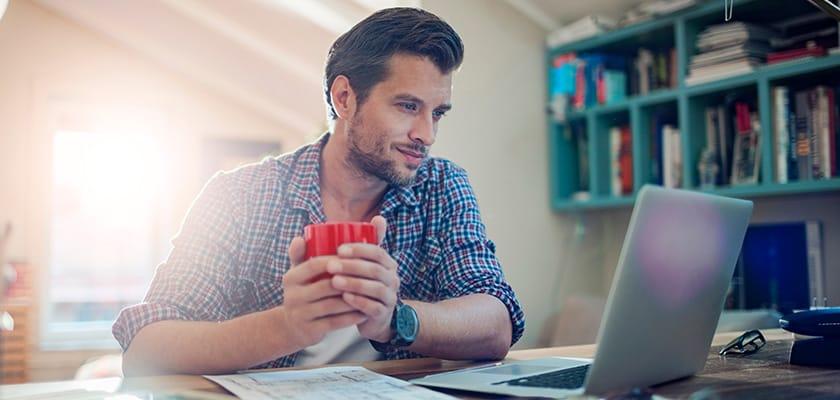 Homme, regarder, ordinateur portable