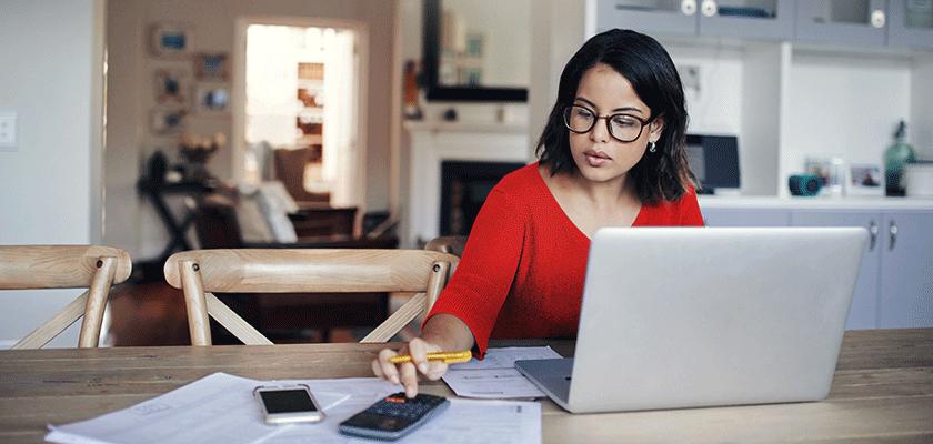 femme au bureau de cuisine sur ordinateur portable