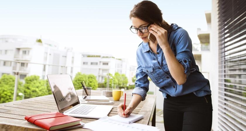 Femme prenant des notes sur téléphone portable