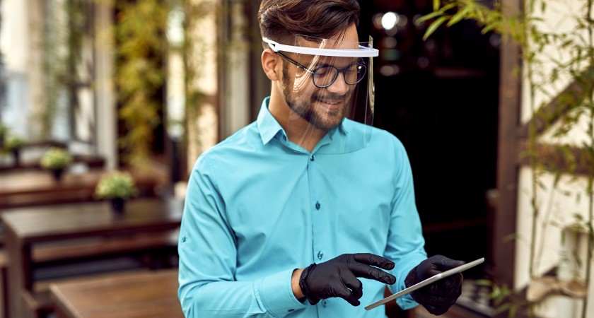 Homme sur tablette avec protection faciale et gants