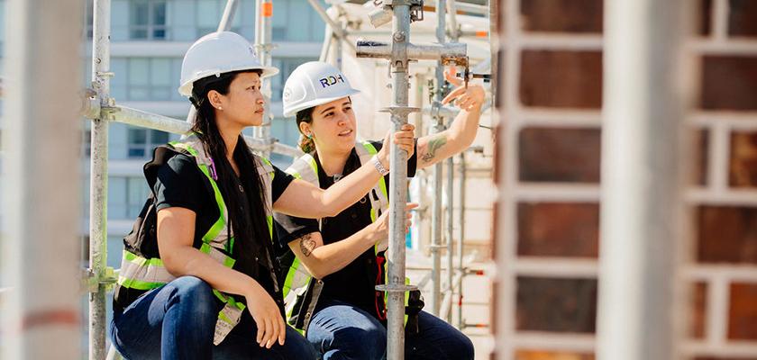 Deux travailleurs de la construction sur des échafaudages