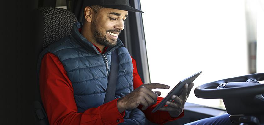 Homme sur tablette à l'intérieur du camion
