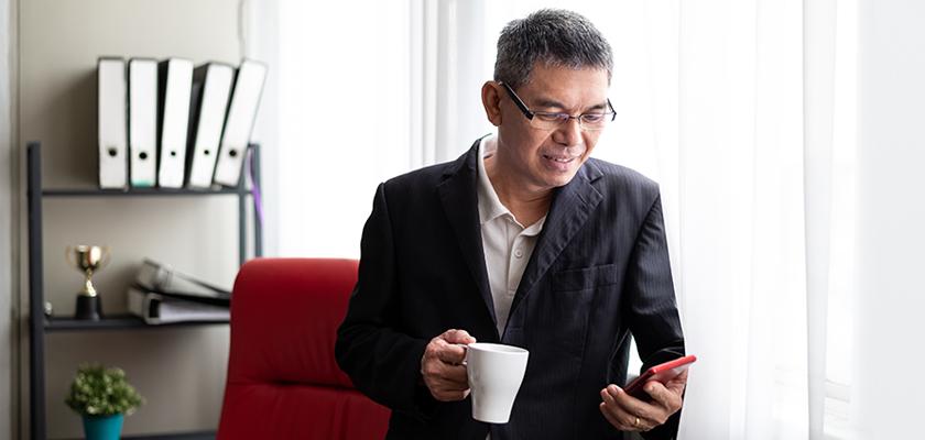 Homme affaires, sur, téléphone portable