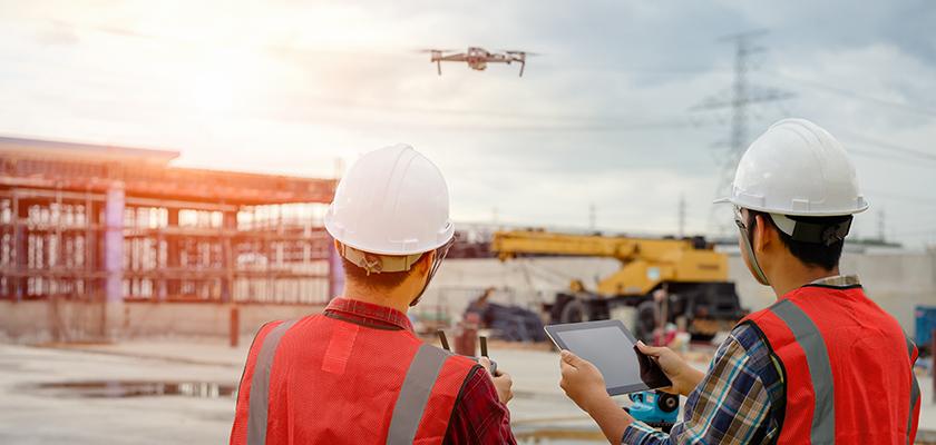 Deux hommes pilotant un drone