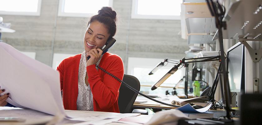 une jeune femme d'affaires parlant au téléphone