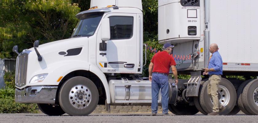deux professionnels de la cargaison parlant par camion de transport