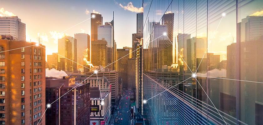 Vue d'ensemble de la ville au coucher du soleil avec des icônes IdO.