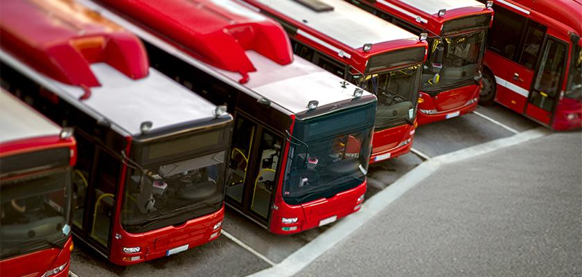 une jeune femme montant dans un bus public