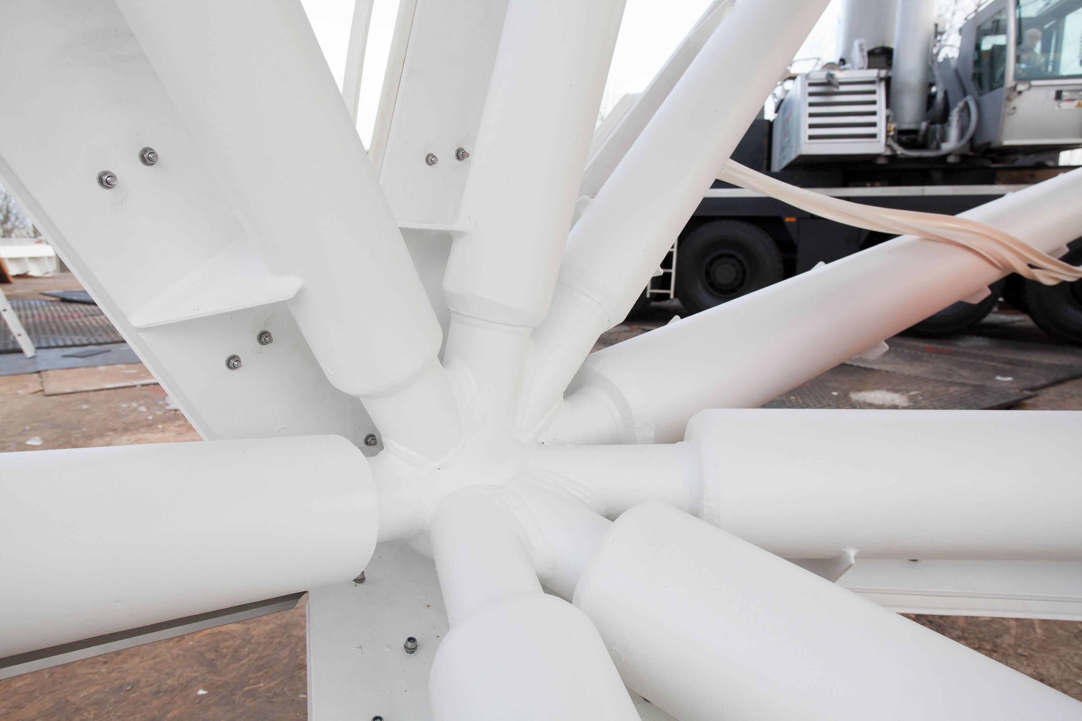 Die Konstruktion besteht aus 160 Kugelknoten mit bis zu neun Anschlüssen.