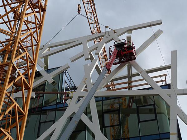Montage der aufwendenigen Stahlskelettkonstruktion