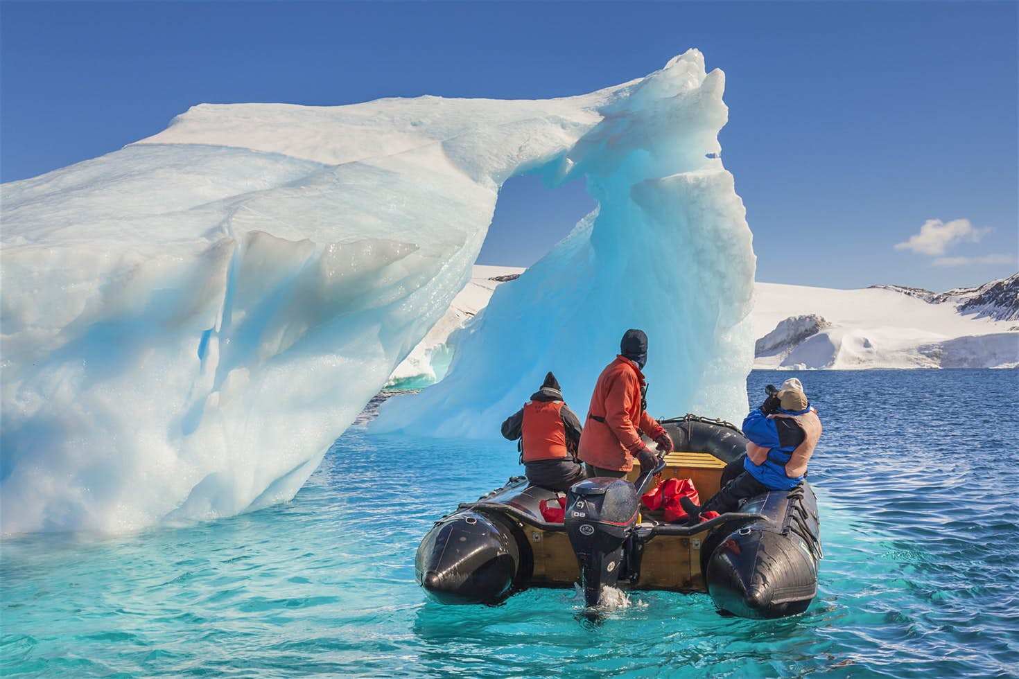 Tourists on a Zodiac exploring the icebergs of the Antarctic Peninsula © Patrick Endres / Getty Images