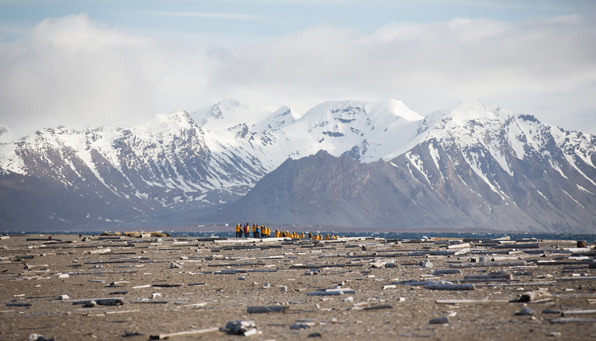 Passengers on a hike at Poolepynten in Spitsbergen