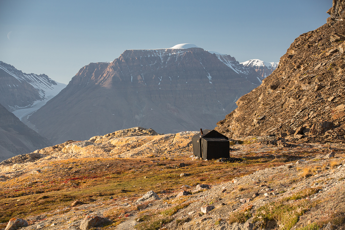 An abandoned trapper hut at Blomster Bugt from the 1900's. Photo by Acacia Johnson