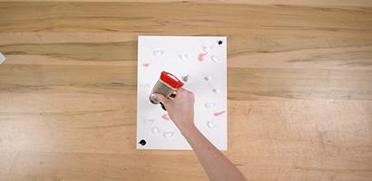 Choisissez trois couleurs complémentaires pour votre tableau. Placez aléatoirement une noisette de chaque couleur de peinture sur votre toile.