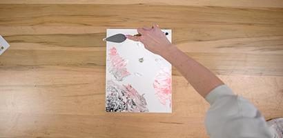 Utiliser votre couteau pour étaler et mélanger les couleurs de peinture sur la toile, créant une magnifique œuvre d'art abstraite.
