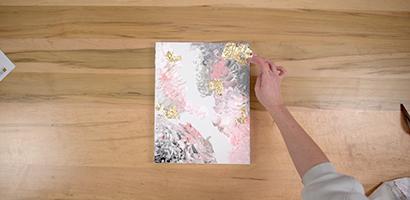 Déchirez la feuille d'or en morceaux et étalez-les un peu partout sur la toile.