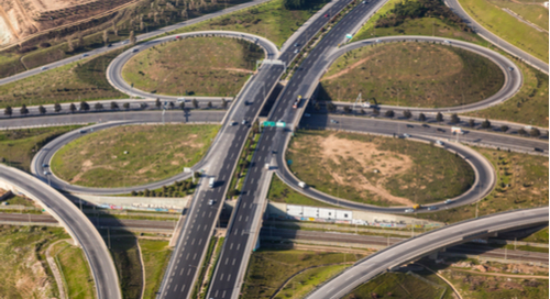 クローバーの葉の形を成す高速道路の上空写真