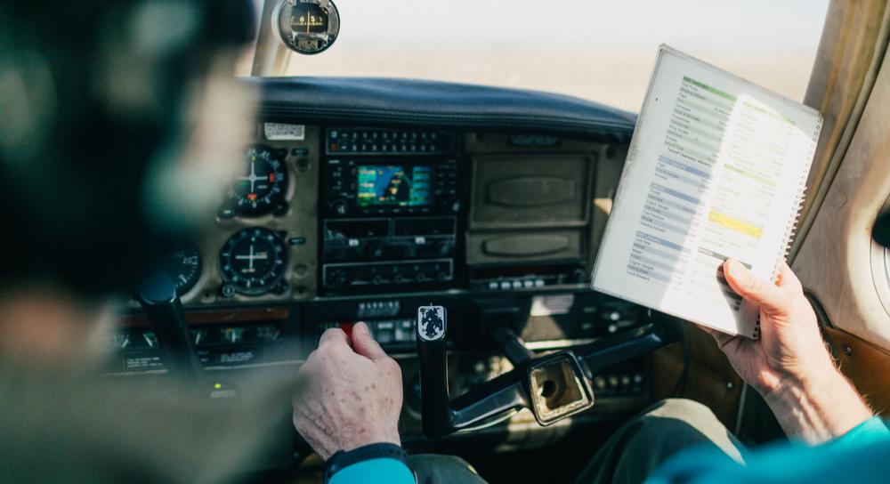 Fluglehrer und Flugschüler gehen eine Checkliste durch