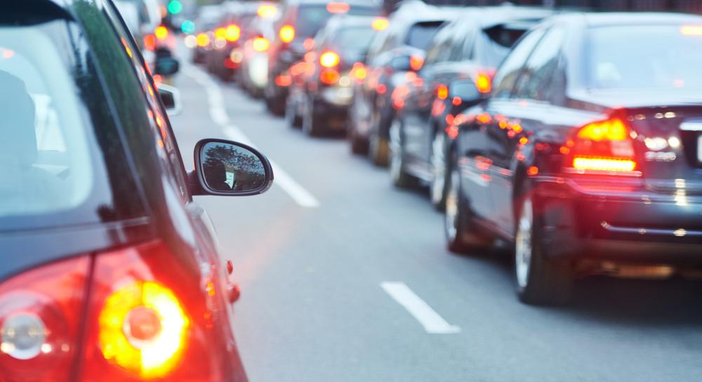 Atasco de tráfico en una calle de la ciudad