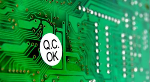 """PCB mit einem Aufkleber """"Qualitätskontrolle OK"""""""