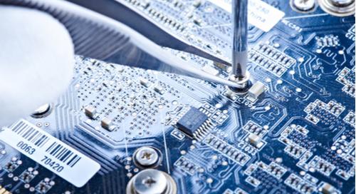 Installation einer Schraube in einem PCB