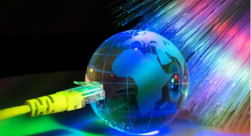 Gläserne Erdkugel mit Glasfasern im Hintergrund