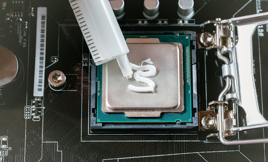 Applying thermal paste to a CPU during installation