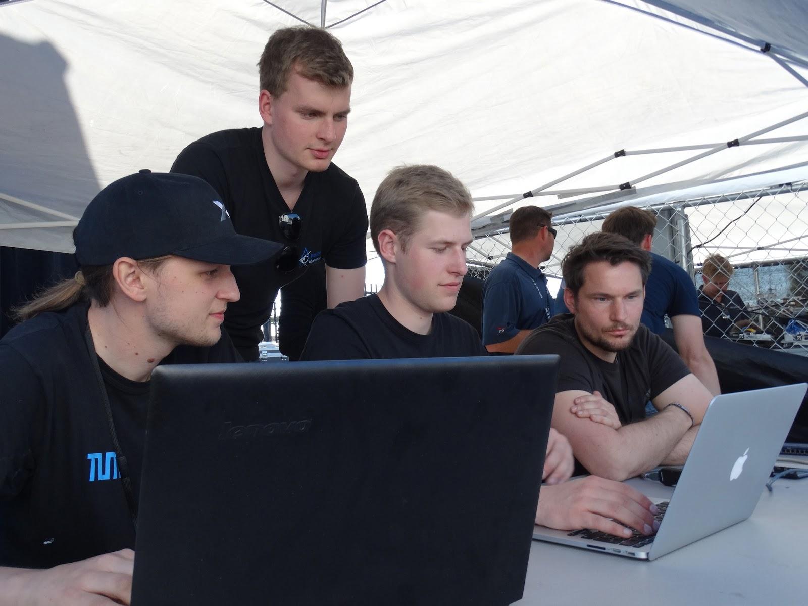 Martin Riedel (de pie) y el equipo preparando la ejecución de la unidad en 2017