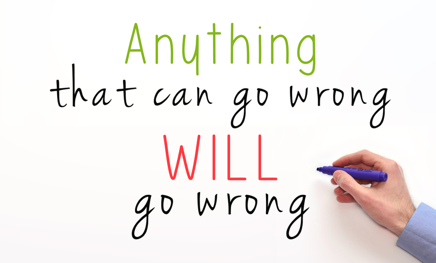 """Tutto ciò che può andare storto andrà storto"""" scritto su una lavagna"""