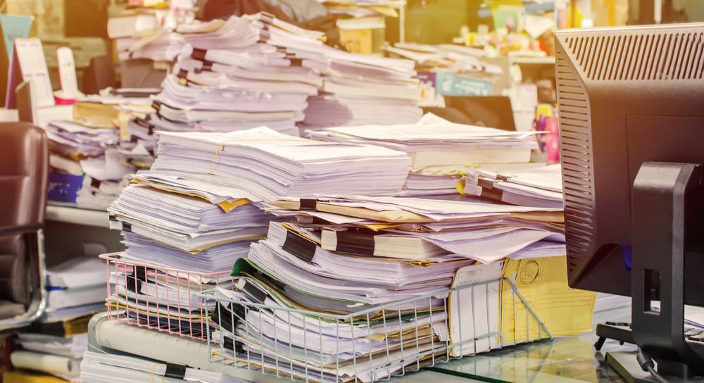 Ein Schreibtisch voller Papierkram.