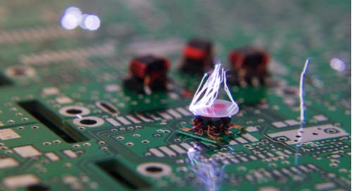Funken aus einem PCB-Bauteil.