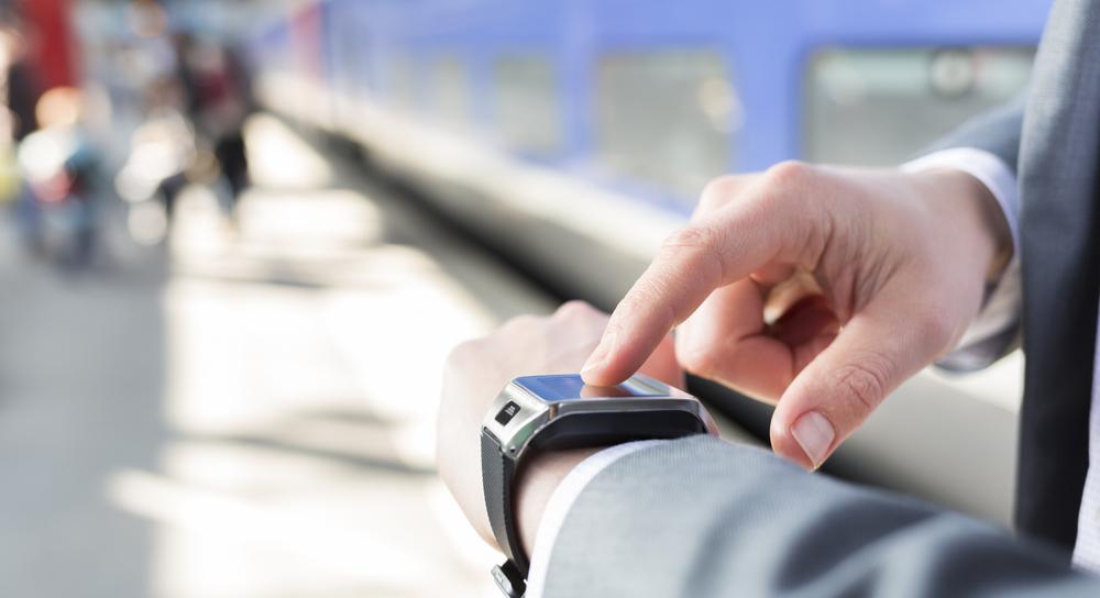 Mann tippt auf eine Smart Watch