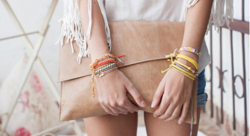 Frau mit modischer Handtasche
