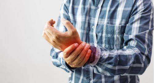 Mann mit Handgelenkschmerzen