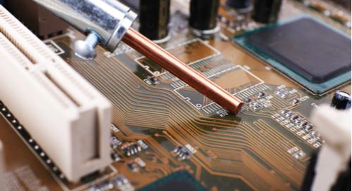 Ein PCB wird repariert