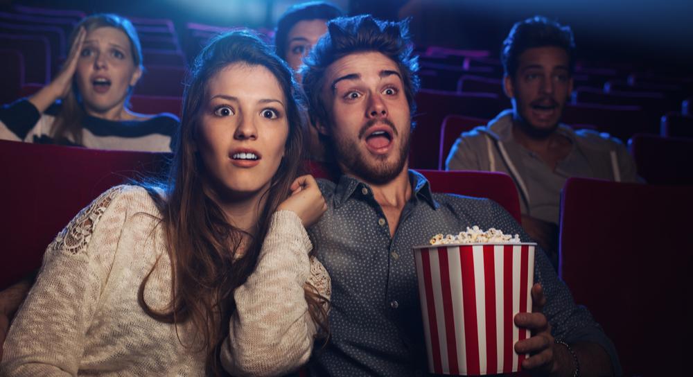 Paar beim Anschauen eines Horrorfilms