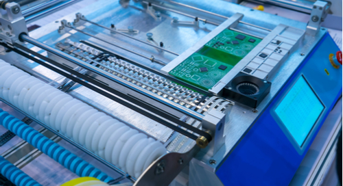Automatisierter Chip-Mounter, der mit einem Roboter arbeitet