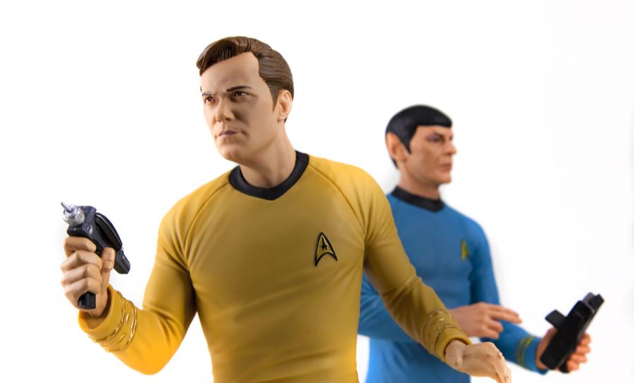 Captain Kirk und Mr. Spock mit Phasern