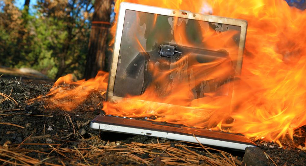燃えているノートパソコン