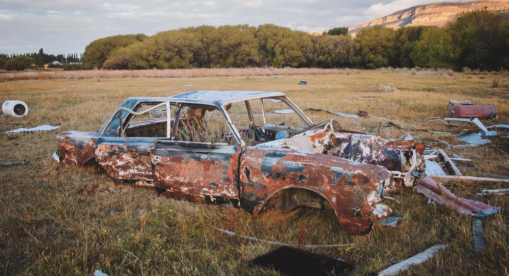 廃棄されたぽんこつ車