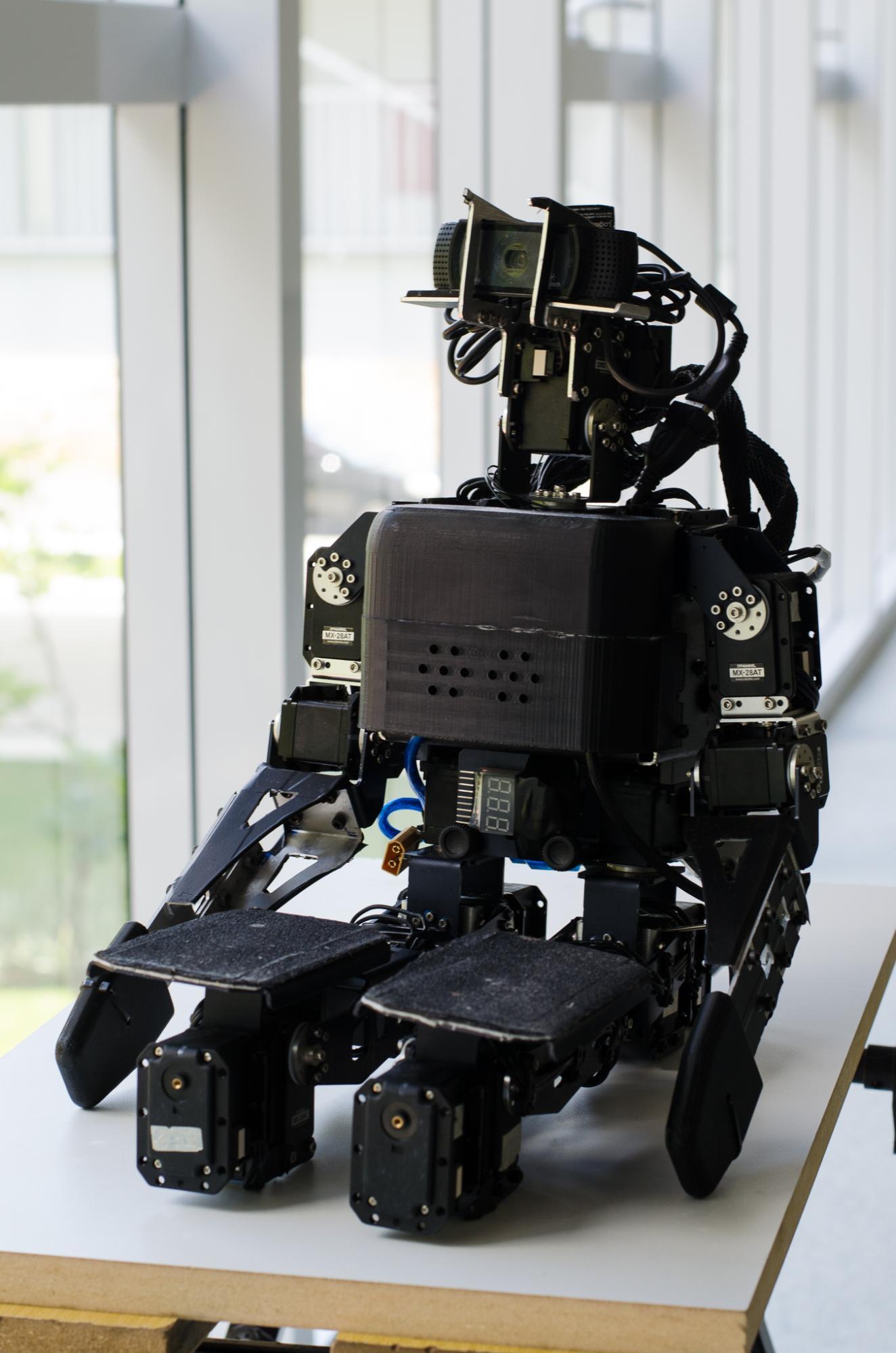 Robocup競技会の合間に休憩するヒューマノイドロボットのChape