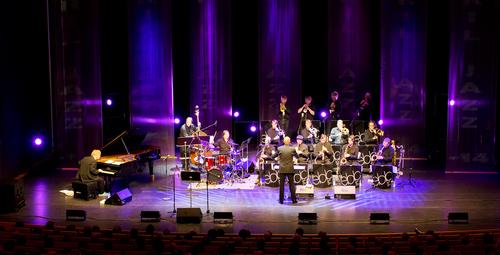 ステージで演奏するジャズバンドの写真