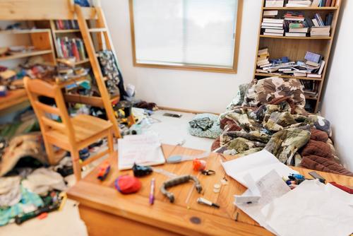 10代の若者の散らかった部屋