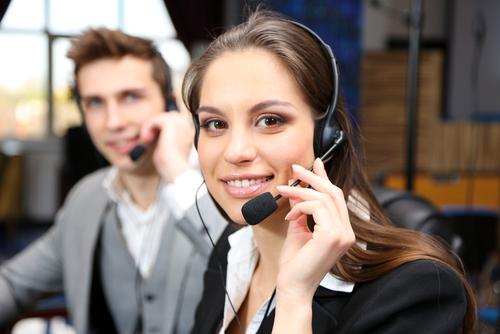 Operadores de centros de llamadas en el lugar de trabajo.