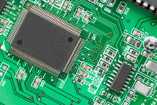 enrutamiento de pistas en una PCB verde
