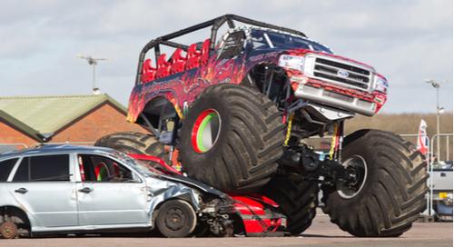 Monster truck écrasant une voiture