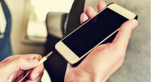 une personne branchant quelque chose sur son téléphone