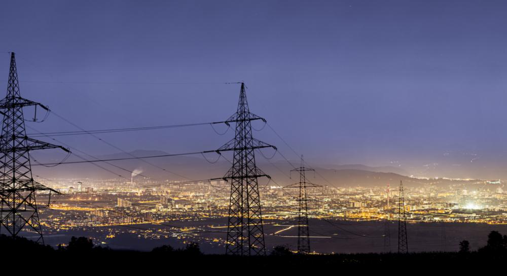 Lignes électriques devant les lumières de la ville.